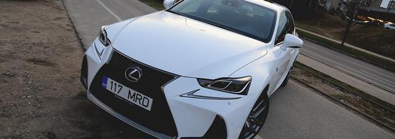 """Atnaujintas """"Lexus IS300h"""" – japonų žvilgsnis į konkurencingą prestižinių sedanų segmentą"""
